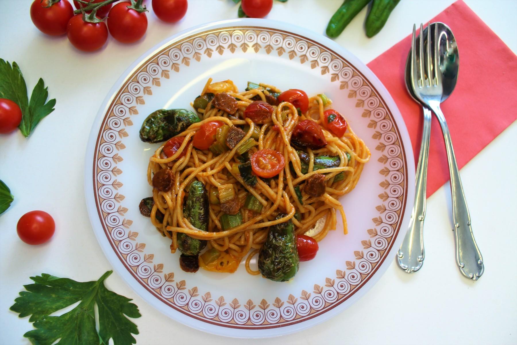 Espaguetis integrales con calabizo y pimientos de Padrón